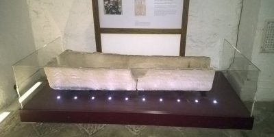 800 vuotta vanha arkku rikkoontui – turistit laittoivat lapsensa arkun sisälle.