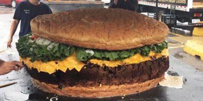 Tässä on maailman suurin hampurilainen! Ei taida jäädä nälkä tämän jälkeen.