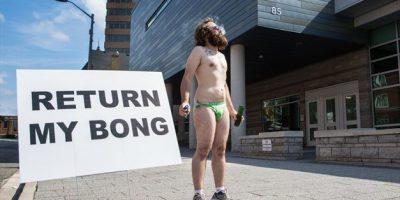 Mies protestoi speedot jalassa kannabista poltellen