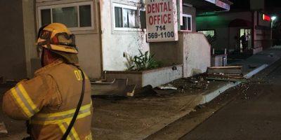 Auto lentää toisen kerroksen ikkunasta läpi – ja jäi jumiin.