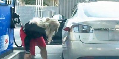 Nainen yrittää tankata Teslaa huoltoasemalla – Hervoton moka videolle!