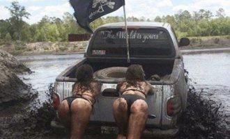 Autot ja tulikuumat naiset – tarvitseeko muuta sanoa?